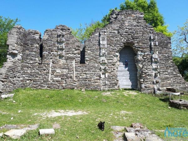 Руины древнего храма в п.Лоо